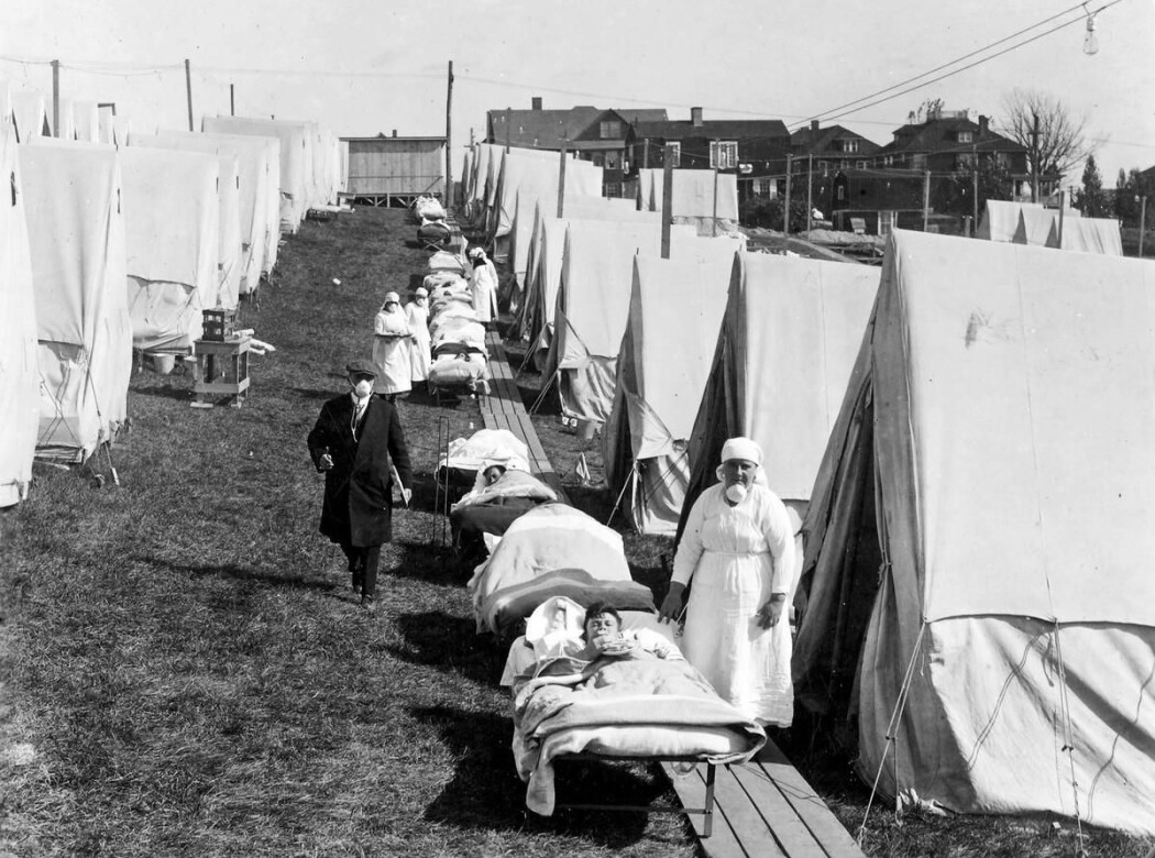 Under spanskesyken ble friskluft-behandling populært. Bildet viser pasienter på et sykehus i Boston i USA.