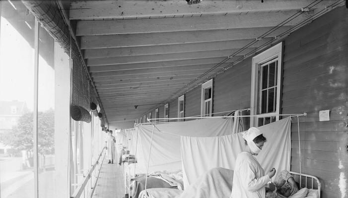 Pasienter ligger utendørs på et sykehus i Washington D.C. under spanskesyken.