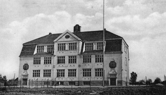 Kunnskap om frisk luft og nytten av sollys, gjorde at både sykehus og skoler i forrige århundre ble bygd med store rom der det var høyt under taket. I tillegg ble det satt inn store vinduer. Dette ser du fortsatt på mange gamle skolebygninger. Her Sagdalen skole i Lillestrøm kommune i 1922.