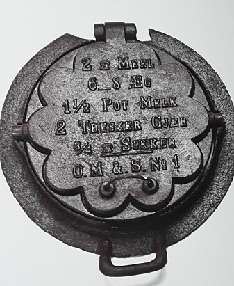 Vaffeljern tilpasset støpejernkomfyren. På dette jernet vises også en vaffeloppskrift.