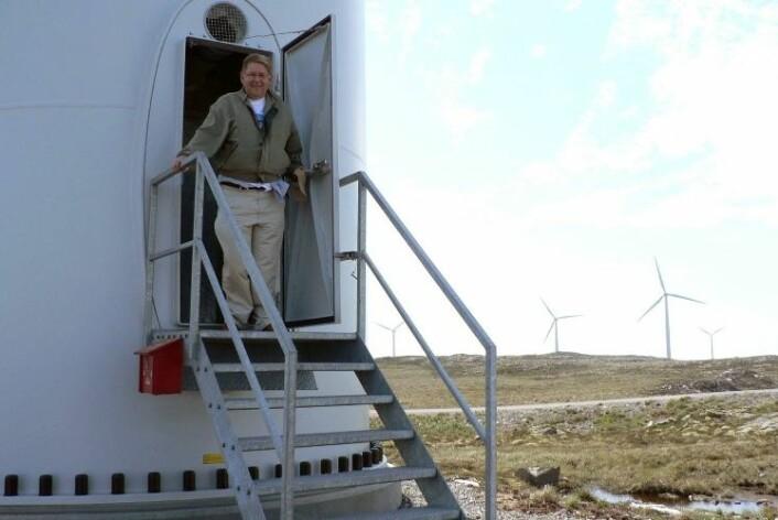 Professor Tore Undeland forsker på elektronikk i vindturbiner, og besøker her Smøla vindpark. (Foto: NTNU)