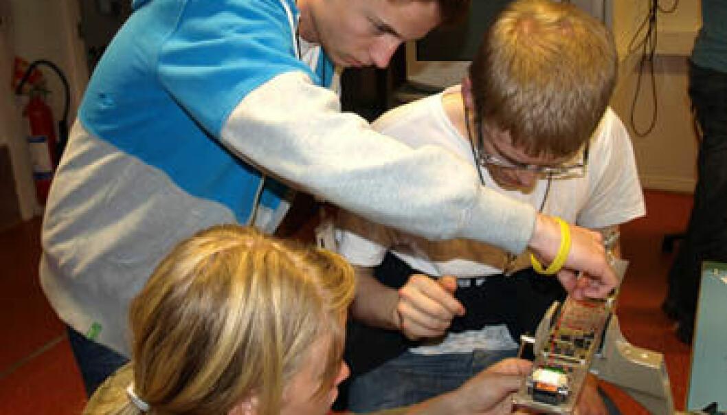 Deltagere ved årets European Space Camp jobber med sensorer som skal skytes opp i rommet. (Foto: ARR) ARR