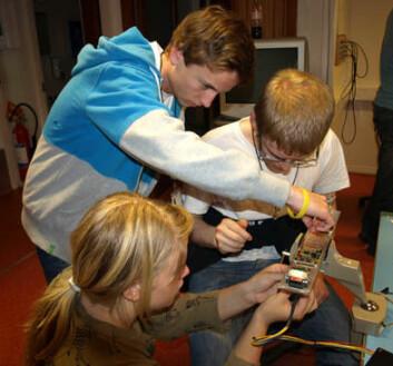 Deltagere ved årets European Space Camp jobber med sensorer som skal skytes opp i rommet. (Foto: ARR) (Foto: ARR)