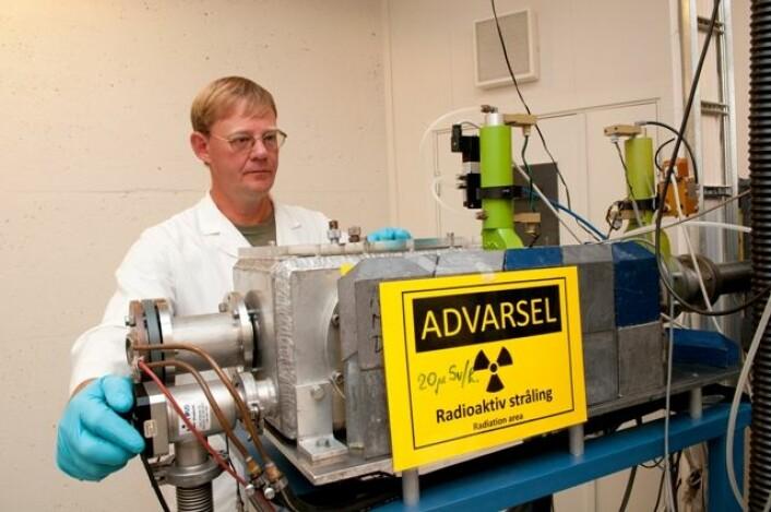 Professor Jon Petter Omtvedt med selvlagd utstyr til de kjemiske eksperimentene. (Foto: Yngve Vogt)