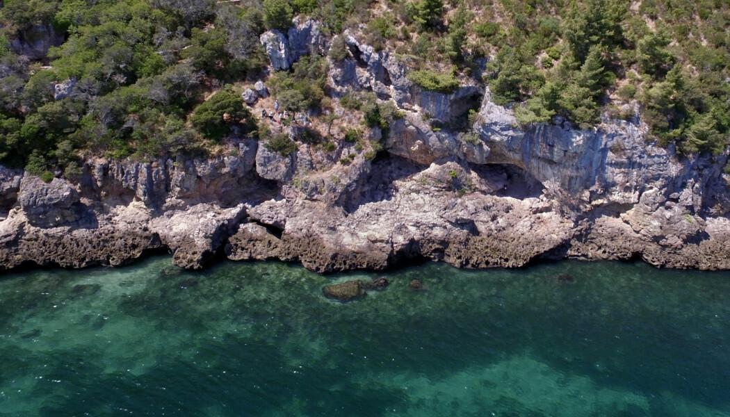 I disse hulene, som sees nede ved vannkanten, har det blitt funnet rester etter neandertalernes bruk av havet. Hulene var mye dypere, og de lå lengre inn i landet for 80 000 år siden.