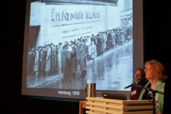 """Kunstforskeren Elizabeth Prelinger formidlet i Oslo nye perspektiver på nazistenes forhold til Munch. På skjermen et foto av køen til utstillingen """"Entartete Kunst"""" da den ble holdt i Hamburg. (Foto: Bård Amundsen)"""