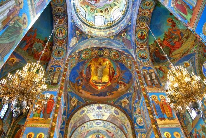 Har du opplevd at du var en del av noe større når du har vært i et vakkert kirkerom? Opplevelsen er en såkalt skjønnhetserfaring – som kan lære oss å se verden på en ny måte. Her sees innsiden av Oppstandelseskirken i St. Petersburg i Russland. (Foto: Art zz/Microstock)