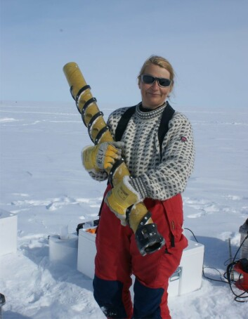 Forsker Elisabeth Isaksson med en iskjerne under feltarbeid i Antarktis. (Foto: Helgard Anschuetz/ Norsk Polarinstitutt)