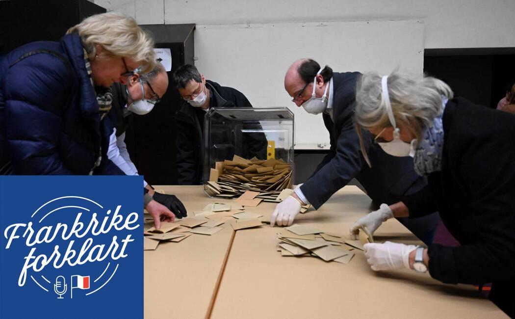 Valgarbeidere bruker masker og plasthansker når de teller stemmesedler etter første runde av lokalvalget i Frankrike.