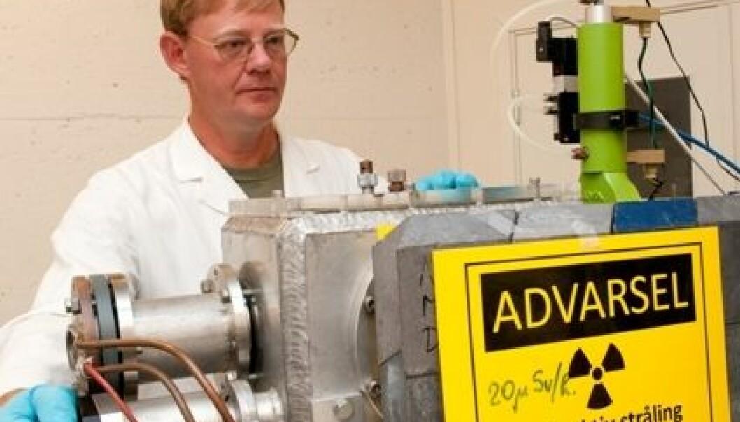 Professor Jon Petter Omtvedt med selvlagd utstyr til de kjemiske eksperimentene. Yngve Vogt