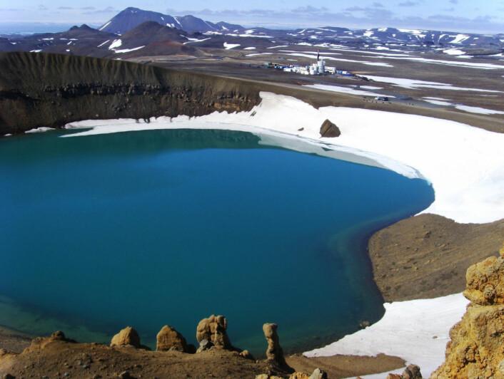 I bakgrunnen sees riggen Tyr, som har boret hullet IDDP-1 nær kanten til krateret Víti, som i dag er fylt med vann. Víti betyr helvete på islandsk. (Foto: IDDP)