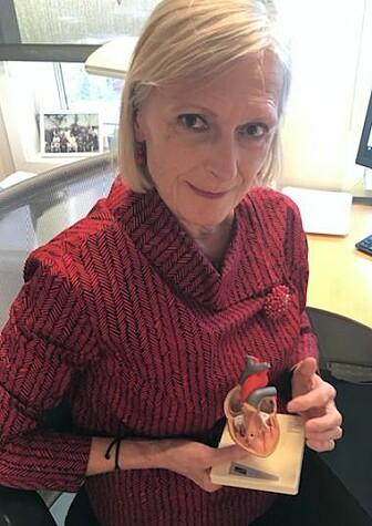 Maja-Lisa Løchen forteller at koronaviruset sniker seg inn i hjertemuskelen og dreper cellene der.