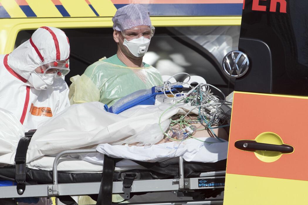 Mange av pasientene som blir veldig dårlig av covid-19 og kommet på sykehus, har fått dårlig pust, feber og hoste. Men noen har også fått brystsmerter. Viruset angriper hjertet på flere måter, forteller forsker. Dette er et bilde fra Tyskland denne uken, der alvorlig syke pasienter ble fløyet inn fra Italia for behandling.