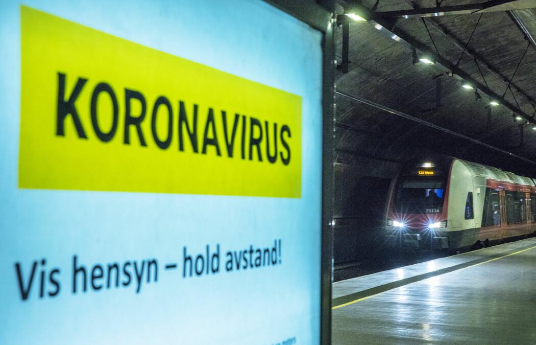 Når forskere beregner hvordan koronaviruset sprer seg så kan det blant annet påvirke hva politikerne bestemmer av restriksjoner og forbud. I denne episoden av Forskningspodden får du vite mer om hvordan forskere gjør disse beregningene.