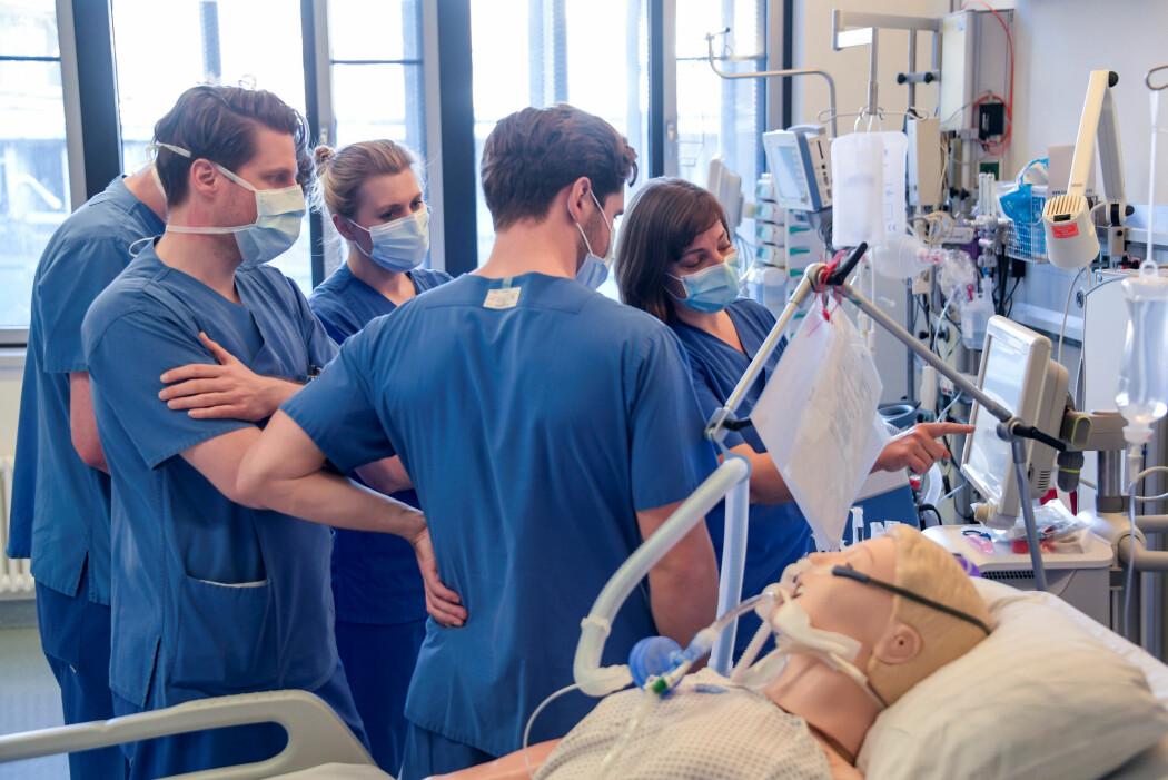 Her får leger opplæring i bruk av respirator ved University Medical Center Hamburg-Eppendorf in Hamburg, Tyskland, 25. mars 2020, mens koronavirus-pandemien (covid-19) fortsetter. (Foto:Axel Heimken/Pool via REUTERS