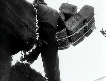 Hjelp fra USA ankommer Europa. Stillbilde fra den italienske dokumentarfilmen Village Without Words fra 1950.