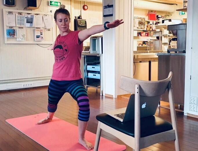 Kokk Karin Jansdotter har rigget seg til med yogamatte og treningsvideo på Macen i fellesstua.