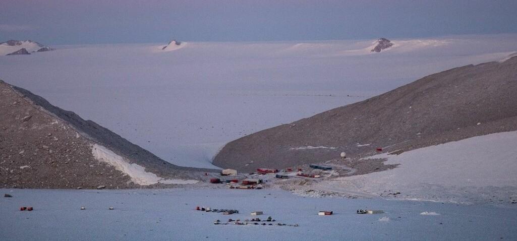 Det lir mot vinter på forskningsstasjonen Troll i Antarktis, og med mørketid i emninga skinner polarlyset over fjellene i stasjonsområdet. Her tilbringer seks personer totalt 13 måneder isolert fra omverdenen.