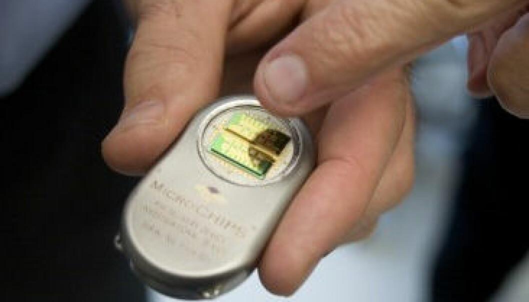 Denne mikrochipen er programmert for å regulere og gi medisiner til pasienter, og har nylig blitt suksessfullt testet ut. M. Scott Brauer