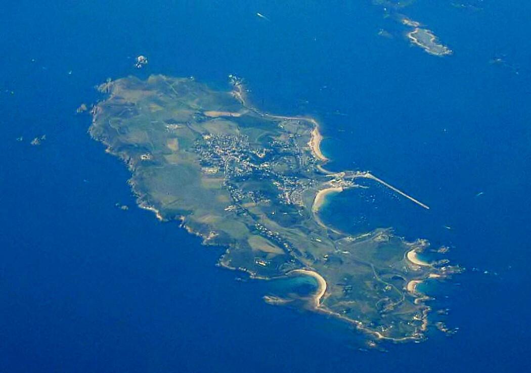 Dette er Alderney sett fra lufta. slik øya ser ut i dag.