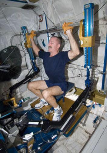 Den nye Advanced Resistive Exercise Device, som først ble laget i 2008, dobler den maksimale simulerte vekten på over 270 kilo. Her en NASA astronaut som trener på den nye maskinen. (Foto: NASA)
