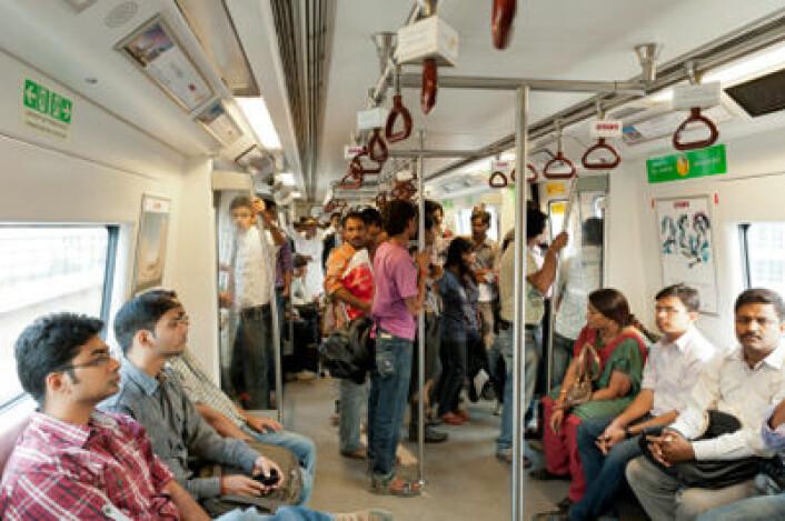 Passasjerer på t-banen i Indias hovedstad Delhi. Byene har dratt fra landsbygda når det gjelder økonomisk utvikling. (Foto: iStockphoto.com)