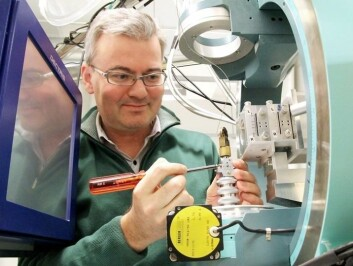 Førsteamanuensis Dag Werner Breiby ved NTNU har sett på oppbyggingen av den semimetalliske plasten ved hjelp av røntgen. (Foto: Per Henning/NTNU)
