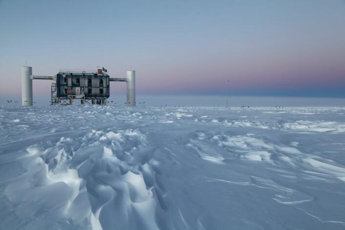 IceCube-laboratoriet ligger ved  Amundsen-Scott-stasjonen i Antarktis. Dette er verdens største nøytrinodetektor. (Foto: Sven Lidstrom, IceCube/NSF, March 2012)