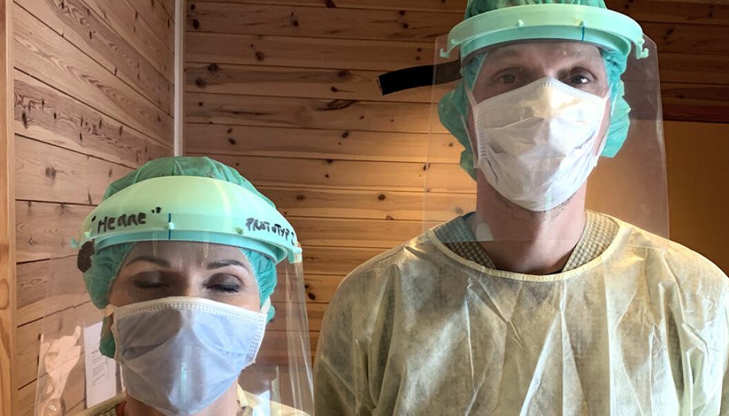 Helsepersonell prøver prototyp av de nye ansiktsmaskene.