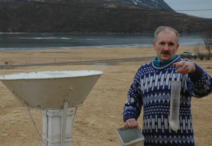 Geir Vatne i Vassvatnet i Lurøy er fjerde generasjon værobservatør. Familien har flere nedbørsrekorder å vise til siden i 1922. (Foto: Privat)