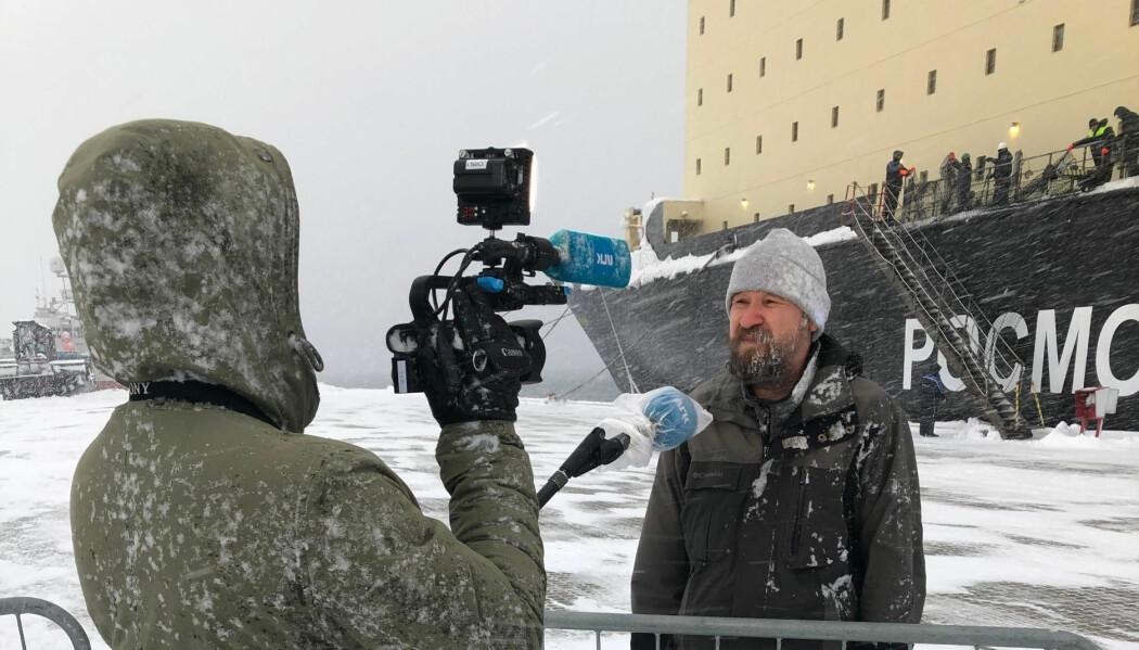 Forsker Dmitry Divine ble intervjuet på trygg avstand av media rett etter at han for første gang på fire måneder og fire dager kunne sette beina på fast grunn.
