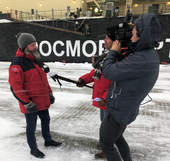 – Den viktigste oppgaven er å beskytte ekspedisjonsdeltakerne mot Covid-19-smitte i løpet av tida de oppholder seg i Tromsø, sier direktør for Operasjon og logistikk, John Guldahl. Her blir han intervjuet av en reporter.
