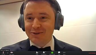 Lars Andreas Dejgaard med hodetelefonene - midt i en diskusjon med en av opponentene.