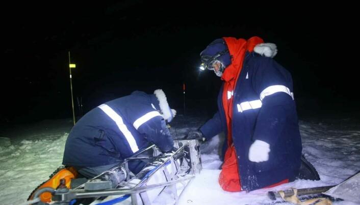 Dmitry Divine (til høyre) og forskerkollega i arbeid på isen under ekspedisjonen i polisen i vinter.