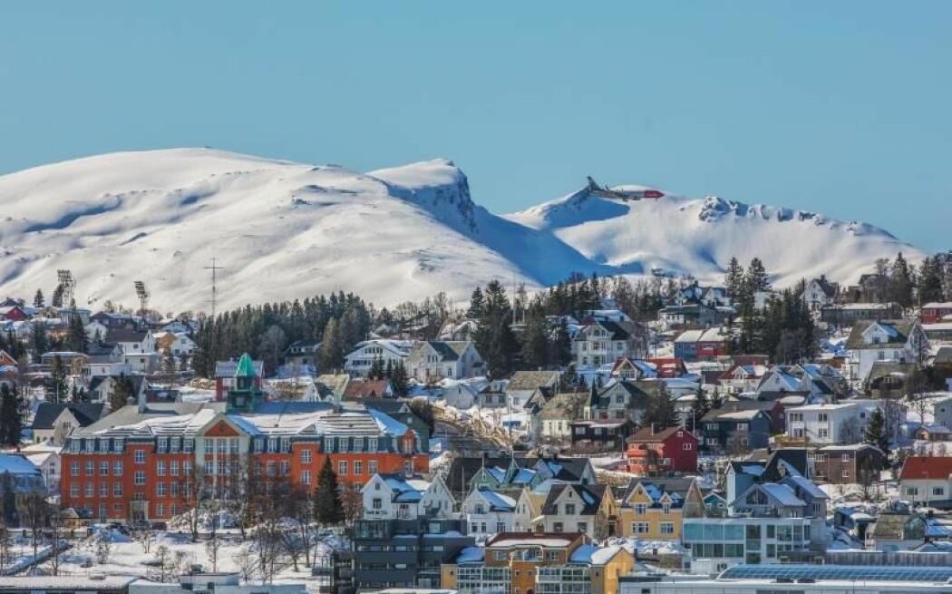 Kongsbakken videregående skole og de andre skolene i Tromsø kommune har vært stengt siden 13. mars. Nå oppfordrer virus-forsker til forsiktighet ved gjenåpning.