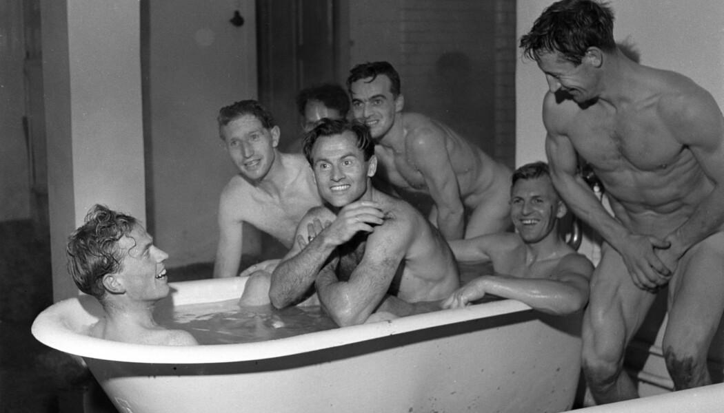 Dette bildet viser deler av det norske fotballandslaget ta et bad etter at de slo det svenske landslaget i en vennskapskamp i Gøteborg i 1951. fra