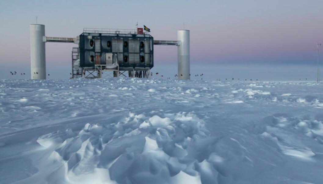IceCube-laboratoriet ligger ved  Amundsen-Scott-stasjonen i Antarktis. Dette er verdens største nøytrinodetektor. Sven Lidstrom, IceCube/NSF, March 2012