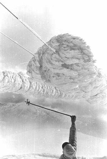 Bildet er fra den største målte islasten i Norge. Dette var i Voss i 1961, og det var 305 kilo is på én meter ledning. Flere av mastene utenfor bildene hadde kollapset og forårsaket et stort strømbrudd. (Foto: Olav Wist)
