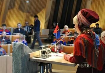 Sametingsrepresentant Laila Susanne Vars på talerstolen i februar 2011. (Foto: Hanne Holmgren)