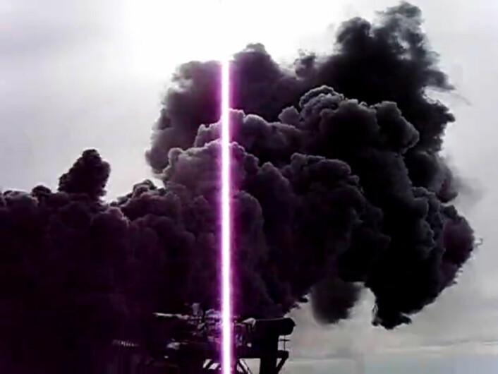 Måling av varmestrømmen fra IDDP-1 i Krafla. Dampen er svart fordi den løsner forbindelser av jern, svovel og oksygen fra deler av borestrengen som har korrodert. (Foto: Fra video tatt av IDDP)