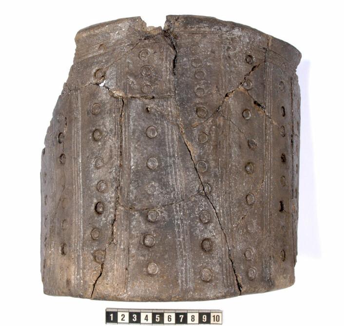 Spannformet leirkar fra slutten av 300-tallet, funnet knust i en kokegrop syd for kjellerhaugen. (Foto: Arkeologisk museum, Universitetet i Stavanger)