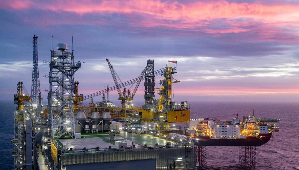 Pandemien påvirker økonomien over hele verden. Nå har oljeprisen har stupt ned mot 20 dollar fatet – godt under halvparten av før korona-krisen.