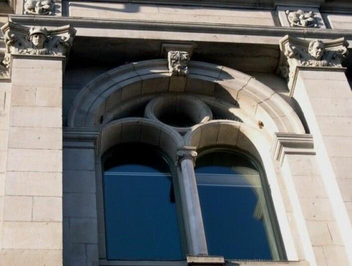Kleberstein fra Bjørnå rundt vinduene, samt søyle av hvit marmor fra Almenningen. (Foto: NGU)