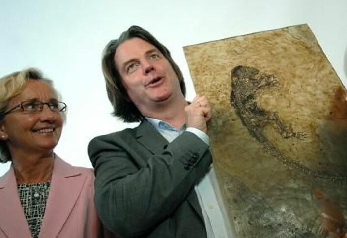 - At søknaden om økonomisk støtte til kjøp av Ida ble avslått i 2007 er historie i dag, sier universitetsdirektør Gunn Elin Aa. Bjørneboe. Her står hun ved siden av Jørn Hurum og fossilet Ida. (Foto: Ola Sæther)