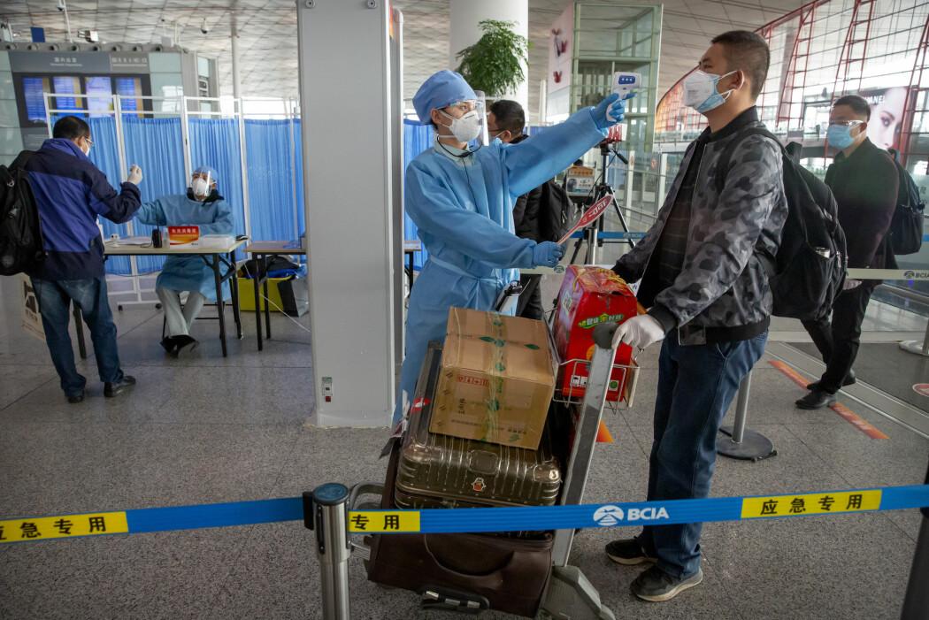 Alle som ankommer Kina blir nå testet for koronaviruset, og testene viser at fire av fem som tester positivt, ikke har noen symptomer.