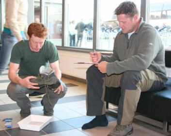 """Chris Ware tilbød gratis skorengjøring på Longyearbyen flyplass sommeren 2008. (Foto: Eva Therese Jenssen/UNIS)"""""""