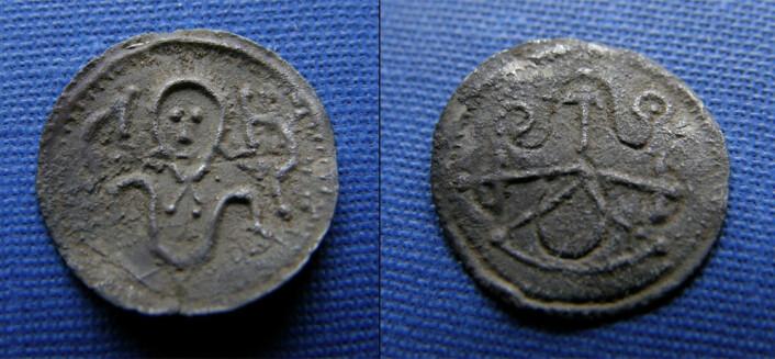 I vikingtiden betalte man som regel etter vekt, ikke etter myntenes pålydende verdi. Derfor klippet eller knakk man myntene, til de passet til den vekten man skulle betale. Dette er mynten fra Råhede – den er ikke fragmentert, noe som tyder på at folk stolte på den pålydende verdien. (Foto: Nationalmuseet)