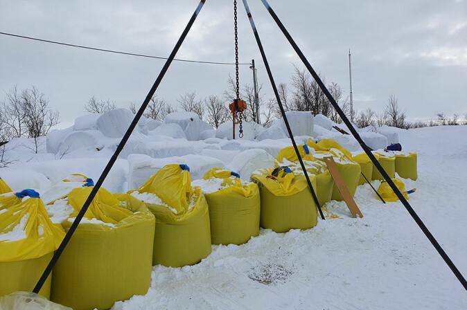 Like ved Suolovuopmi fjellstue i Kautokeino kommune lastes sleder med pellets og rundballer for videre transport inn på fjellet.