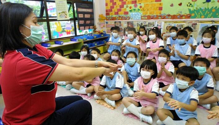 Dette bildet er tatt 19. mai 2003, og viser hvordan barnehagebarn i Hong Kong ble instruert i hvordan de skulle vaske hendene for å hindre smitte.