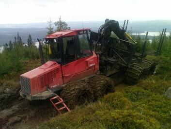 Lassbæreren frakter tømmeret ut av hogstfeltet og fram til vei. (Foto:Nils Egil Søvde/Skog og landskap)